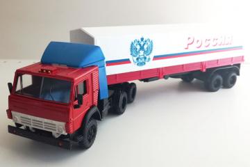 КАМАЗ-54112 тягач со спойлером с полуприцепом ОДАЗ-9370 с тентом 'Россия', красный/белый (1/43)