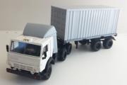 КАМАЗ-54112 тягач со спойлером с полуприцепом контейнеровозом, белый/серый (1/43)